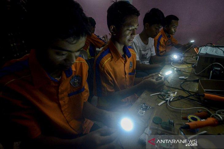 Produksi lampu limar