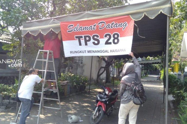 Pemungutan suara ulang di TPS 28 Surabaya dimeriahkan musik organ tunggal