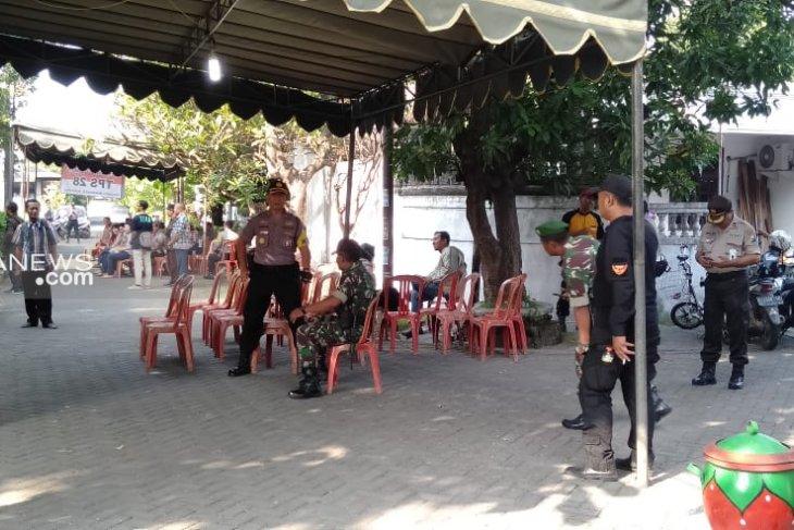 Puluhan petugas keamanan perketat pengamanan pelaksanaan PSU di TPS 28 Surabaya (Video)