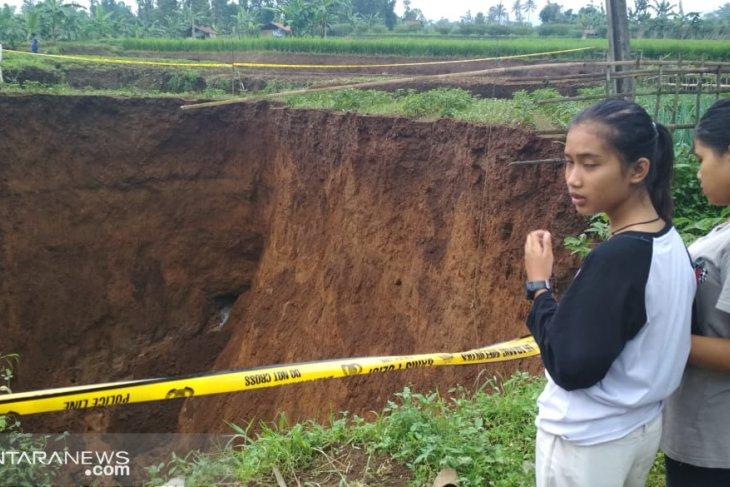 Lubang besar di Kadudampit Sukabumi kian membesar