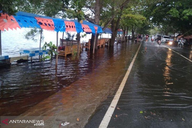 Danau Dendam meluap akibat banjir
