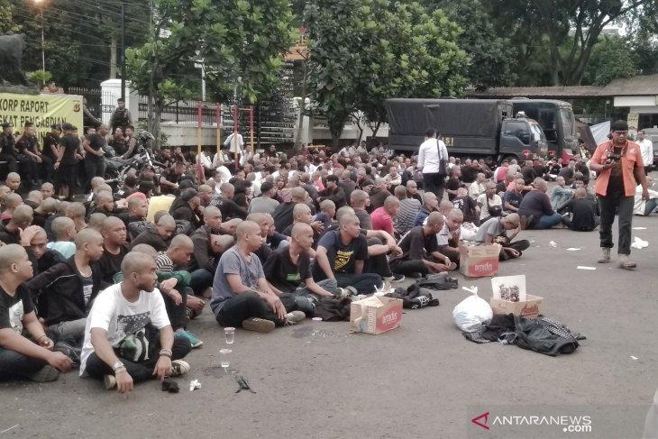 Polrestabes Bandung gunduli kepala ratusan remaja yang melakukan vandalisme