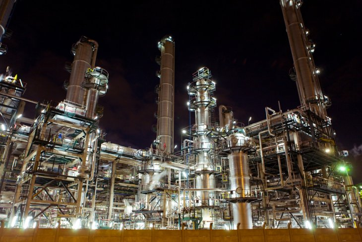 Harga minyak bervariasi dipicu pemotongan OPEC dan kenaikan pasokan AS