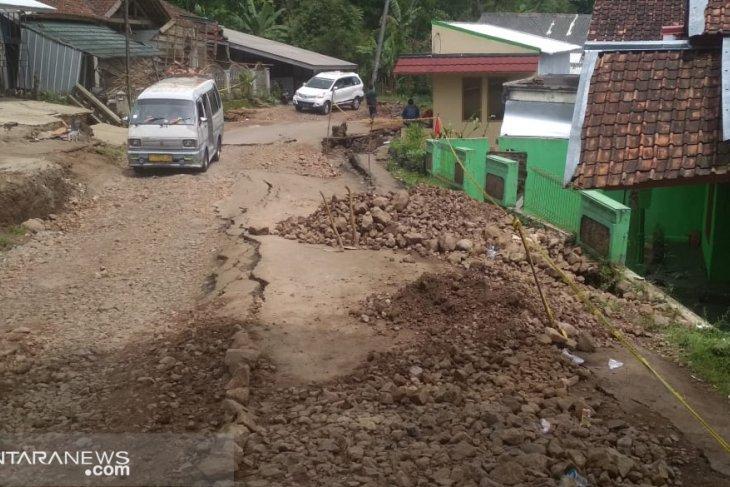 Akibat pergeseran tanah di Sukabumi jadi 90 unit rumah rusak berat