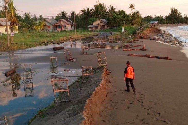 Gelombang Pasang Hantam Permukiman Warga Aceh Barat