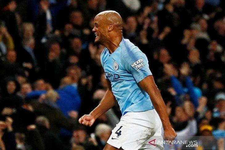 City tundukkan Leicester dan puncaki klasemen