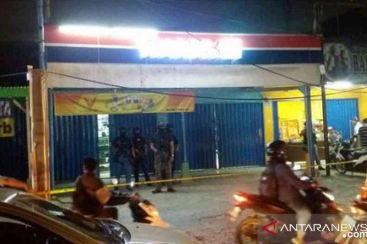 Densus 88 geledah kios handphone di Bekasi, ada bahan peledak