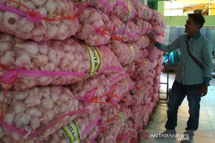 Stok bawang putih di Piru menipis