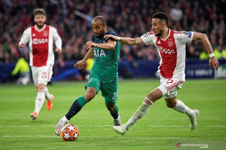 Bertandang ke APOEL, Ajax bermain imbang 0-0 meskipun dengan 10 pemain