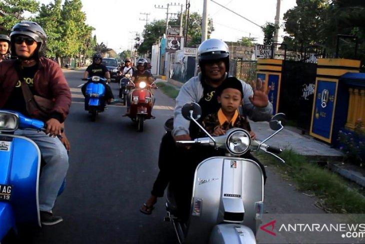 Jurnalis Kediri pecinta scooter ajak anak-anak yatim buka bersama