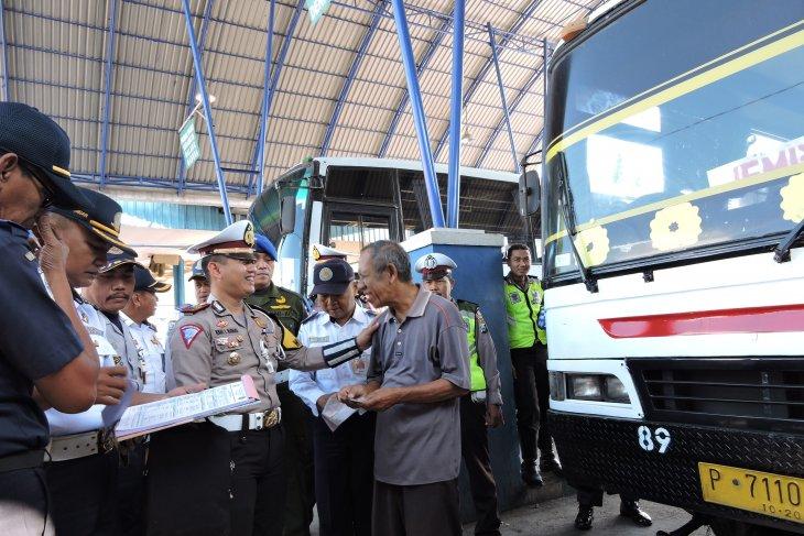 Dishub-Polres Situbondo sidak kelaikan bus angkutan Lebaran (Video)