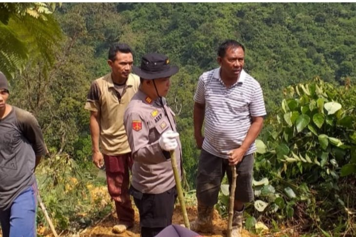 Longsor setinggi 110 meter timbun delapan penambang liar di Bogor