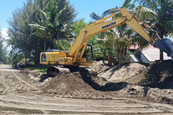 BPBD Aceh Barat bersihkan pasir yang menimbun Jalan  Diponegoro