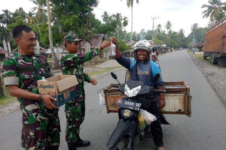 Kodim Aceh Jaya bagi-bagi takjil kepada pengguna jalan