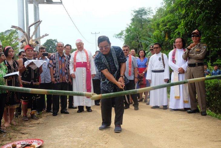 Bupati Sekadau dan Uskup Sanggau resmikan Gereja Katolik di Sungai Lawak