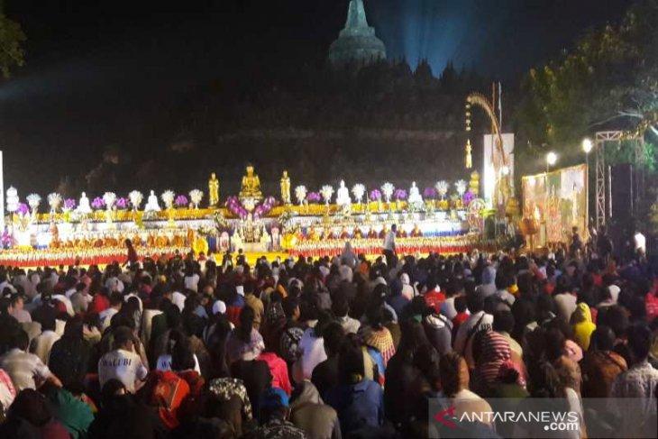 Ribuan umat Buddha ikuti detik-detik Waisak di Borobudur