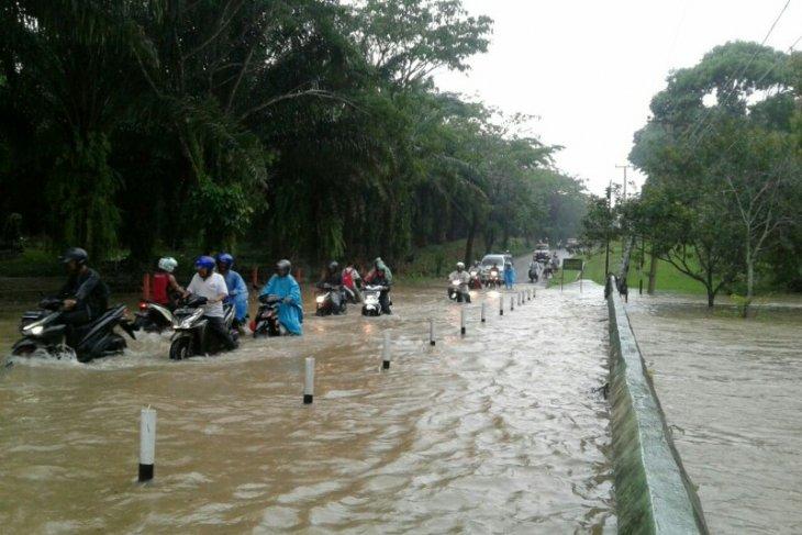 Satu jalan nasional, tiga jalan provinsi di Simalungun langganan tergenang air