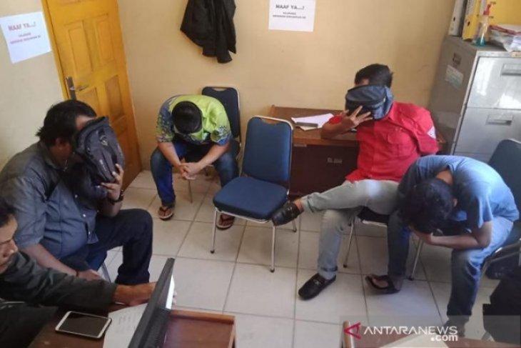 Lima pemuda ini terciduk sedang makan siang di sebuah kedai di Meulaboh