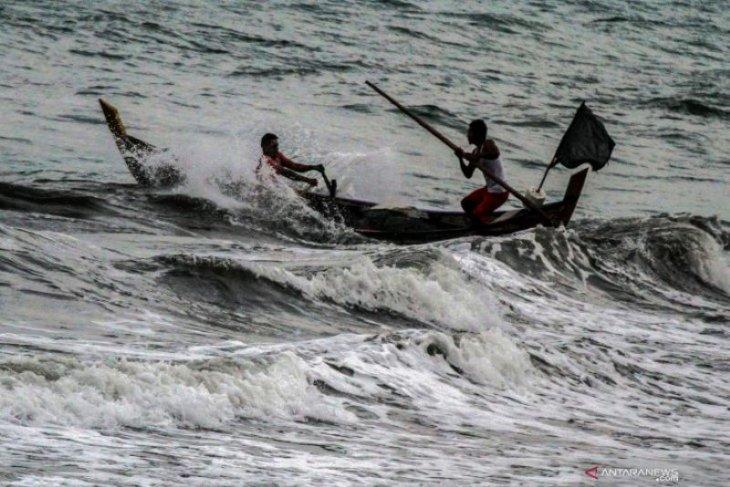 Gelombang tinggi membayangi sebagian perairan Indonesia