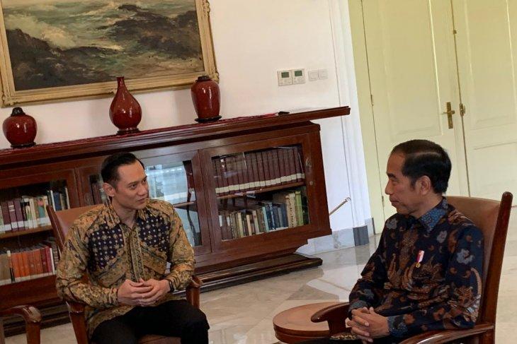 AHY temui Presiden Jokowi di Istana Bogor dengan kenakan batik kuning emas