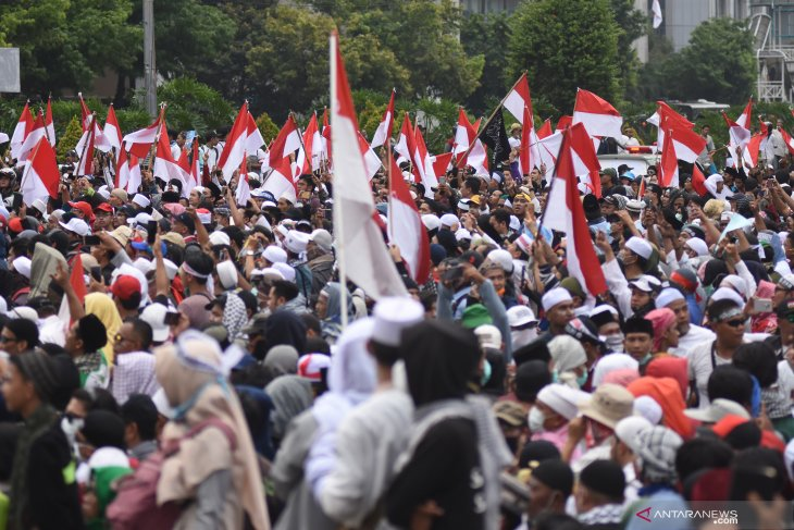 Tampak damai, massa Aksi 22 Mei buka puasa bersama polisi di halaman Gedung Sarinah