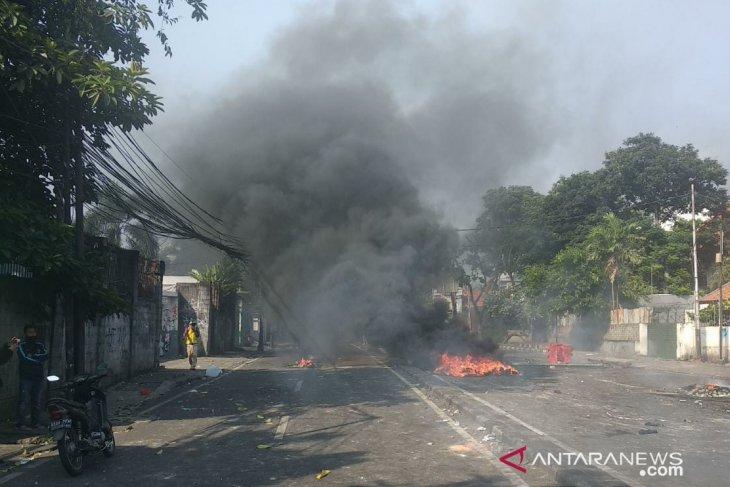 Polisi pukul mundur perusuh di Petamburan Jakpus