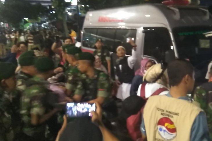 Personel TNI evakuasi peserta aksi yang kelelahan