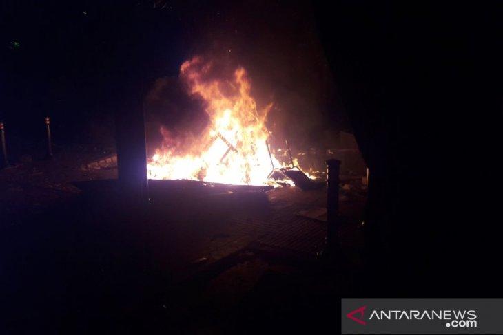 Motor wartawan dibakar massa di Bawaslu