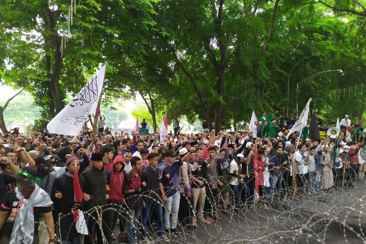 Masa aksi di DPRD Sumut nyatakan tak gentar