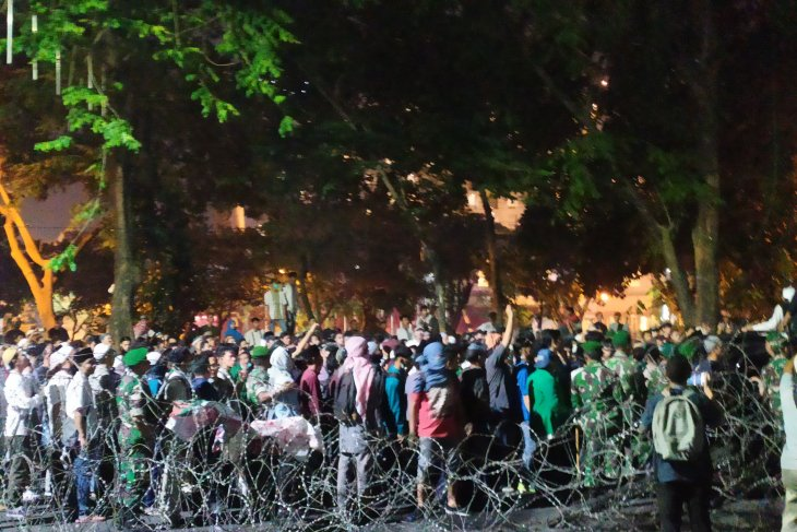 Aksi massa ricuh di DPRD Sumut berhasil diredam TNI