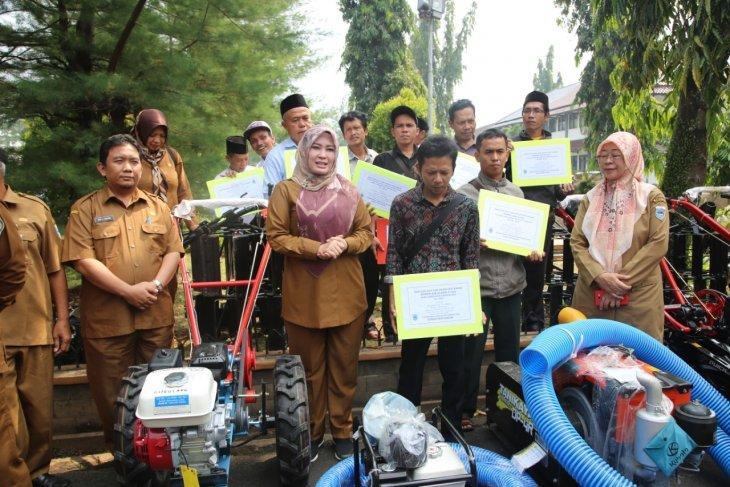 Bupati Pandeglang serahkan 98 Alsintan untuk bantu petani garap sawah