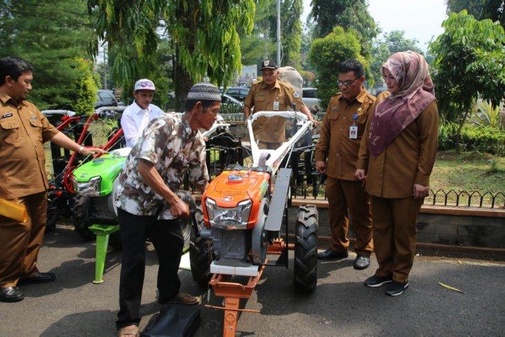 Pemkab Pandeglang bantu traktor bagi para petani