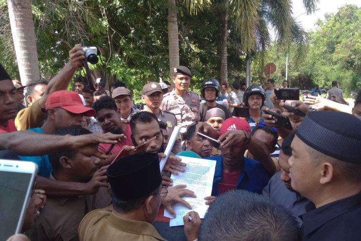 Gubernur Malut tandatangani tuntutan pengunjuk rasa