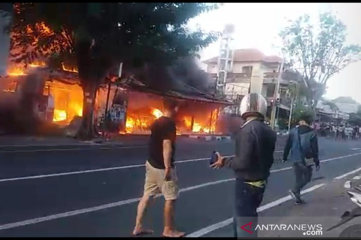 BPBD kerahkan lima mobil pemadam atasi kebakaran bengkel di Denpasar (video)
