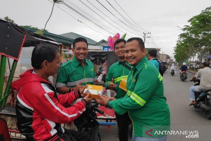 Mifa Bersaudara salurkan paket buka puasa untuk pengendara becak dan juru parkir