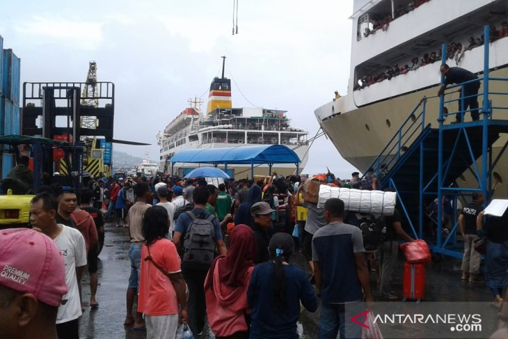 Pelni  terjadi lonjakan penumpang di pelabuhan Ambon
