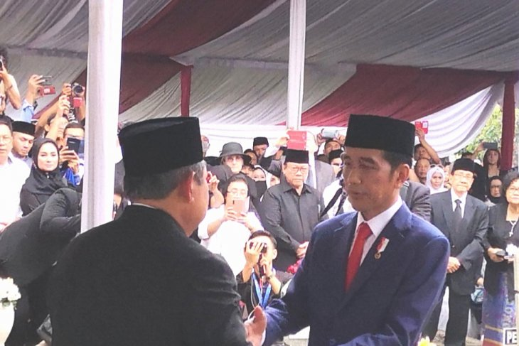President Jokowi leads Ani Yudhoyono's funeral ceremony