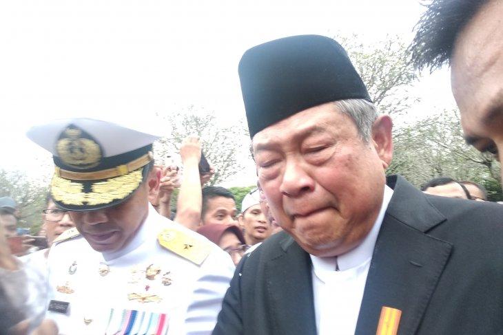 Susilo Bambang Yudhoyono tak kuasa menahan tangisnya saat disalami pelayat