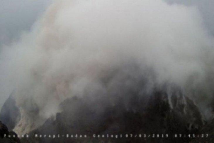Gunung Merapi luncurkan  awan panas
