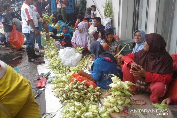Perajin bungkus ketupat banjiri pasar Mardika