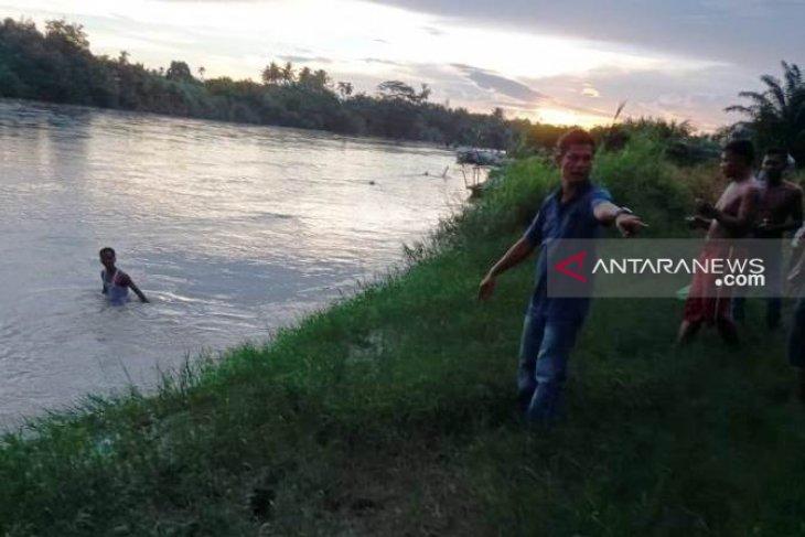 Seorang bocah hanyut dibawa derasnya arus Sungai Batangtoru
