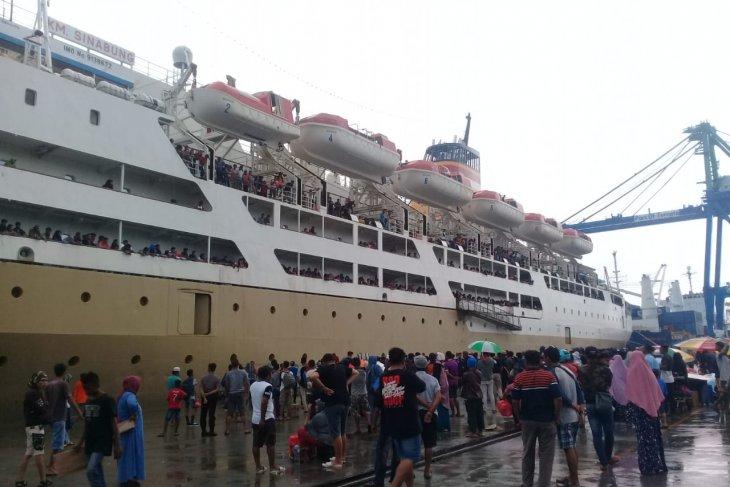 1000-an calon penumpang KM Sinabung padati Pelabuhan Ternate