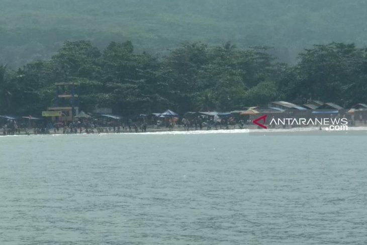 Belasan wisatawan di Pantai Karanghawu Sukabumi tersengat ubur-ubur
