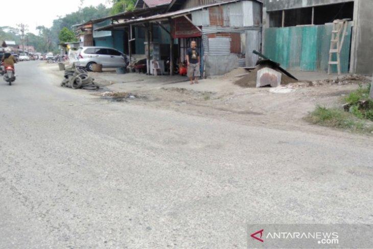 Masyarakat berharap jalan  rusak di Gunungsitoli diperbaiki