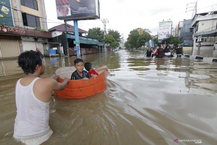Pemprov Kaltim salurkan 11 ton beras kepada korban banjir
