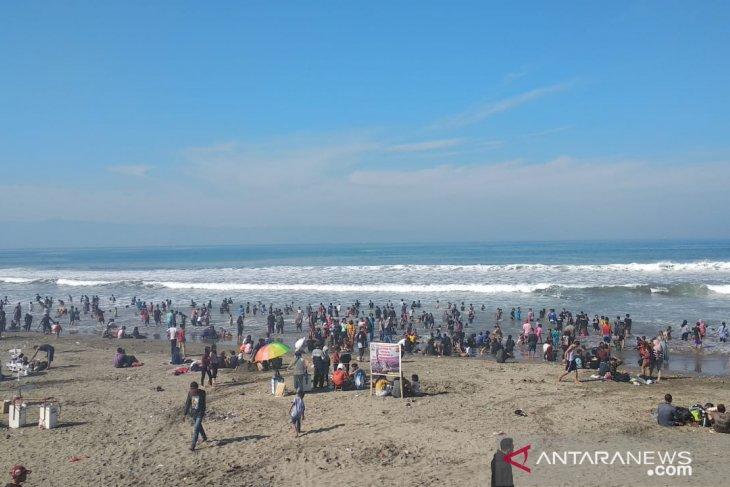 Ribuan wisatawan masih ramaikan pantai di Sukabumi