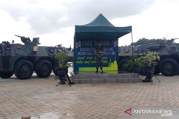 Military assist in evacuating flood victims in Samarinda