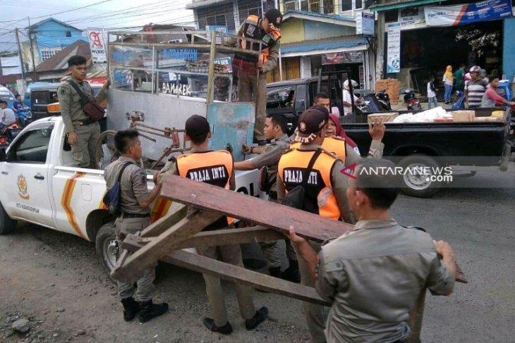 Pemkot Padangsidimpuan tertibkan ratusan PKL