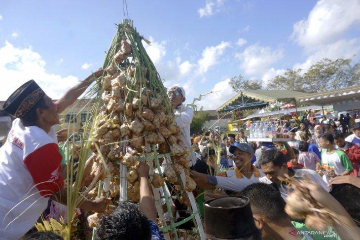 Gubernur Rusli sebut lebaran ketupat bermakna persaudaraan