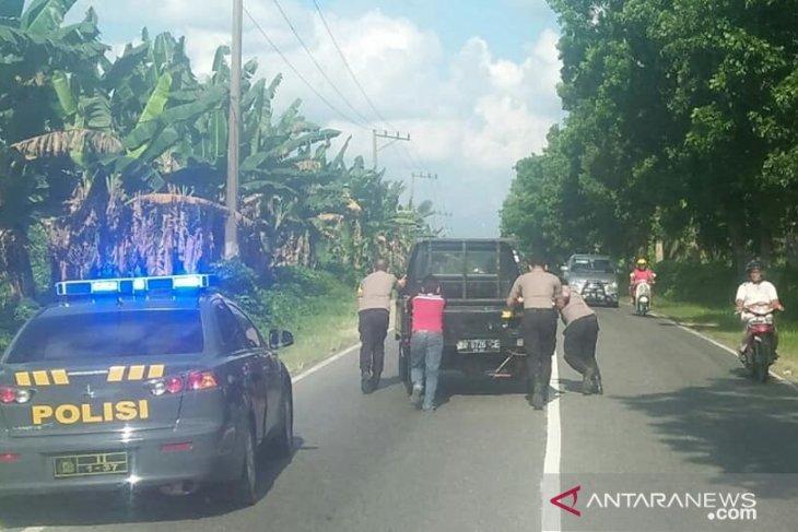 Patut dicontoh, Kapolres Labuhanbatu bantu dorong mobil mogok di Jalinsum
